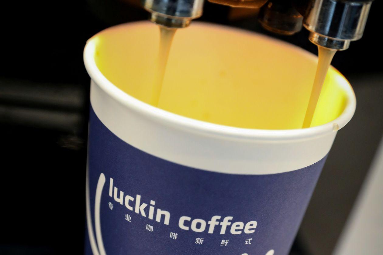 """Sau bê bối khai khống, sàn chứng khoán Mỹ muốn tống khứ """"Starbucks Trung Quốc"""""""