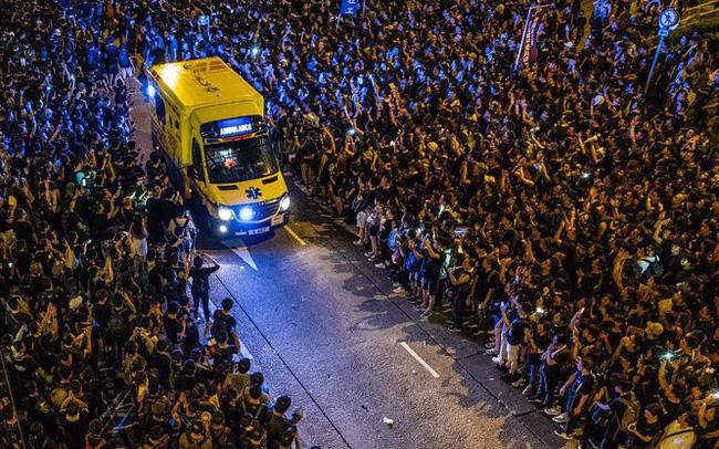 Khoảnh khắc biển người nhường lối cho xe cứu thương trong biểu tình ở Hồng Kông