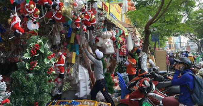 Thị trường Noel: Hàng hóa phong phú nhưng chất lượng không cao
