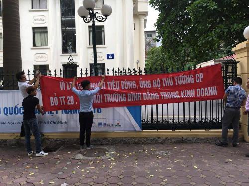 Doanh nghiệp nhập ôtô căng biểu ngữ trước cổng Bộ CôngThương xin bỏ Thông tư 20
