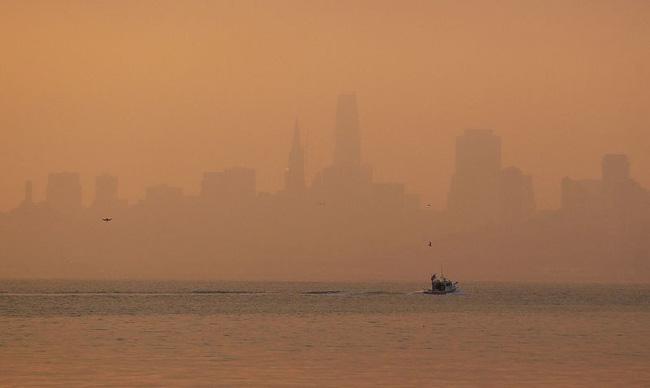 San Francisco chìm trong khói mù ô nhiễm, bầu trời chuyển màu