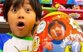 Cậu bé 7 tuổi này kiếm được 30 triệu đô la Singapore một năm qua kênh YouTube về đồ chơi