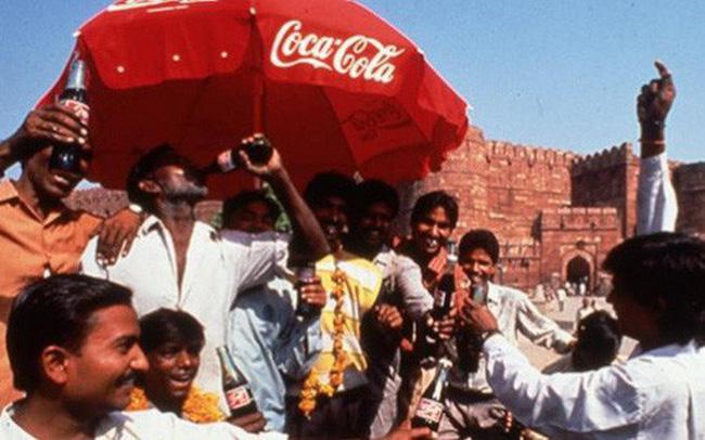 """Mua đứt đối thủ, """"kết liễu"""" nhãn hiệu nội địa: Coca-Cola 2 lần """"nuốt chửng"""" thị trường Ấn Độ bất chấp sự hà khắc của chính phủ"""
