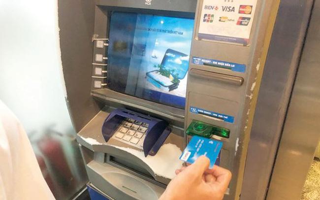 Vào 'chợ đen' thẻ ATM