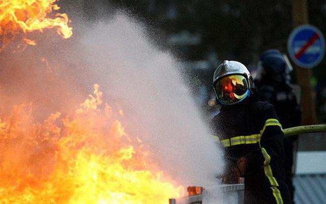 Nước Pháp rực lửa: Biểu tình tuần thứ 10, mang cả quan tài xuống đường