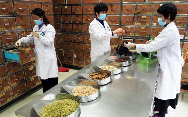Trung Quốc dùng phương thuốc Đông y 3.000 năm tuổi để điều trị bệnh nhân COVID-19