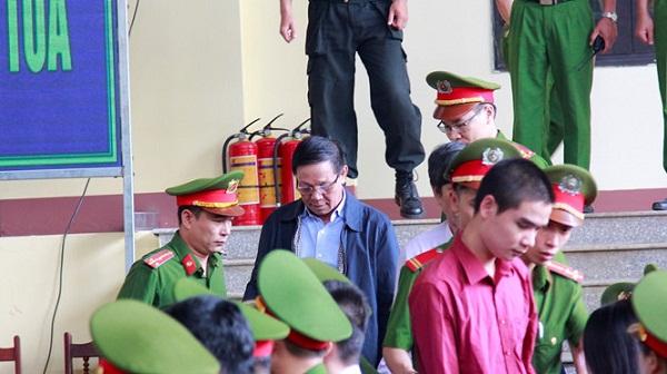 Cựu trung tướng Phan Văn Vĩnh bất ngờ rời phòng xét xử vì lý do sức khỏe