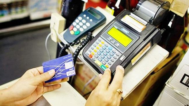 Ăn uống nhà hàng phải quẹt thẻ: Ai 'gánh' phí giao dịch?
