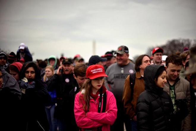 """Chiếc mũ đỏ """"made in China"""" khiến nhiều người Mỹ bị sốc tại lễ nhậm chức của Donald Trump"""