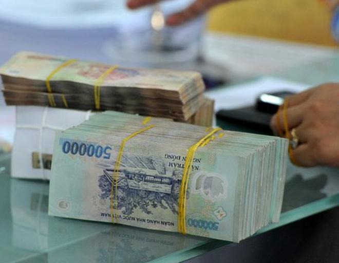 Các chuyên gia kinh tế khuyên người dân cân nhắc gửi tiết kiệm