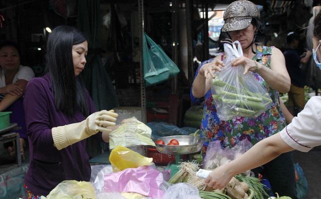 Sao lại buộc người buôn bán nhỏ phải ngồi chỗ riêng trong chợ?