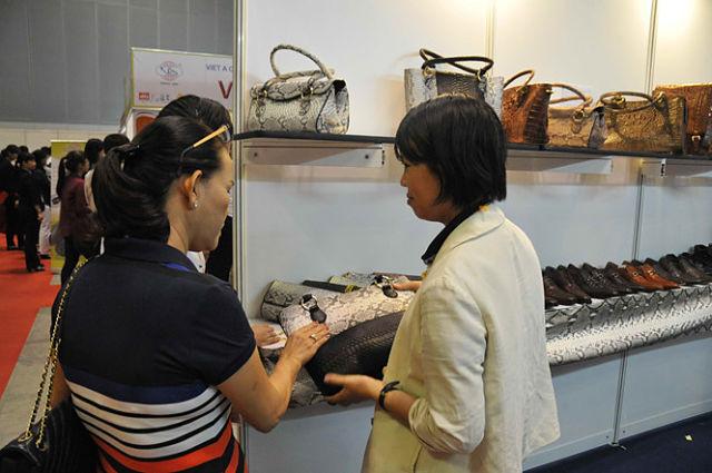 Người Mỹ, Nhật, Hà Lan chi 780 triệu USD mua túi, ô, dù... từ Việt Nam