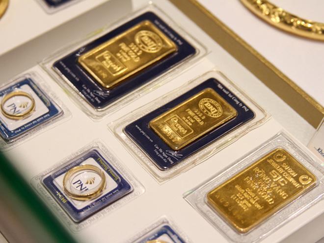 Vàng trong nước đi ngược chiều với thế giới