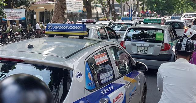 Bộ giao thông vẫn muốn xe taxi công nghệ phải có hộp đèn