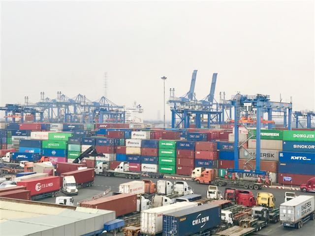 Các hãng vận tải container lại báo tăng phí