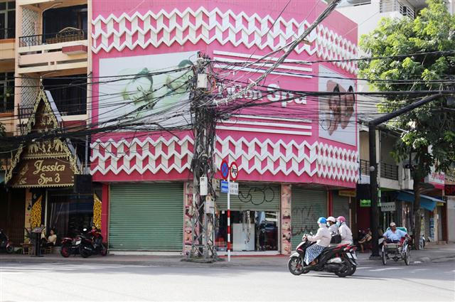 Khánh Hòa đóng cửa dịch vụ không thiết yếu