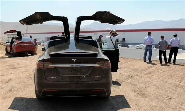 Dùng 1.5 triệu USD cứu trợ Covid-19 để chơi chứng khoán và mua xe Tesla