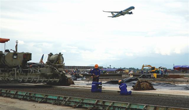 Vì sao đường băng Nội Bài, Tân Sơn Nhất sửa chữa vào dịp cao điểm?